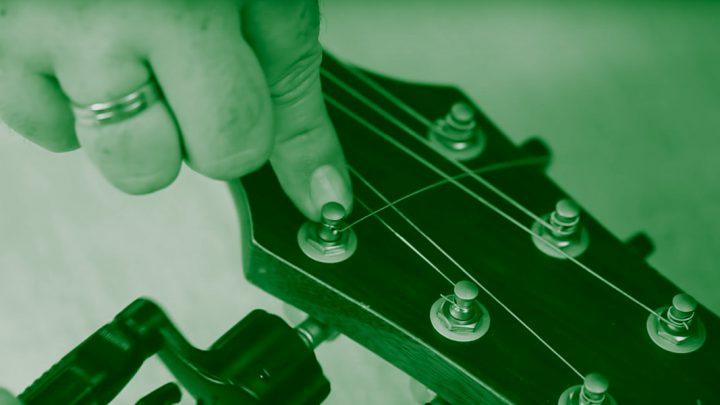 Jak wymienić struny w gitarze akustycznej?